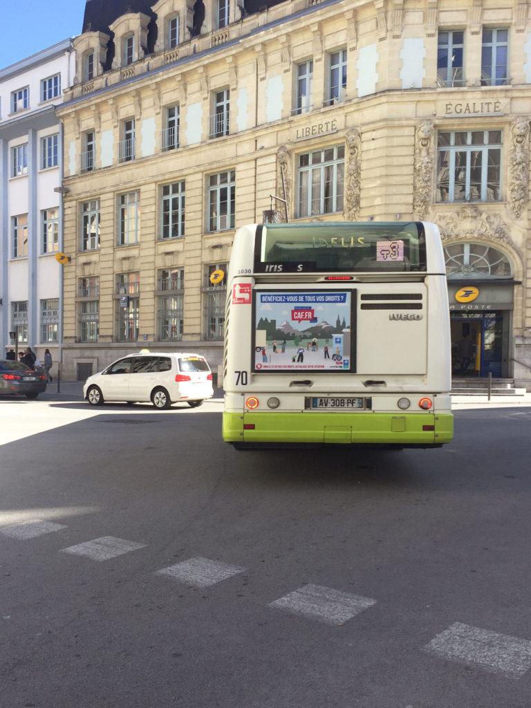 Campagne Accès aux droits caf.fr, visuel en situation arrière de bus